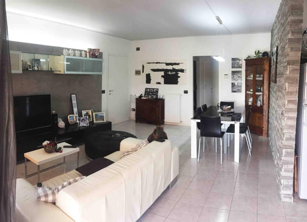 Appartamento in ottime condizioni parzialmente arredato in vendita Rif. 6922674
