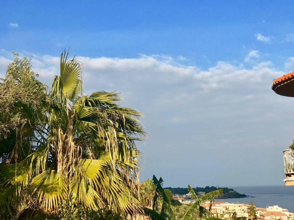 Monolocale+terrazzo sito ad Aci Castello