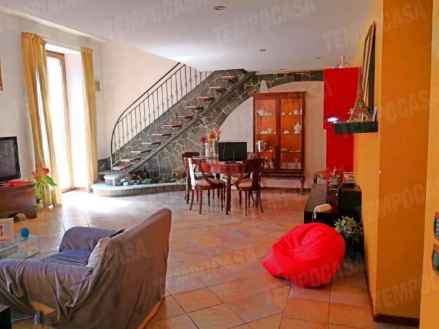 Appartamento in vendita 5 vani 160 mq.  via Chiatamone 10 Napoli