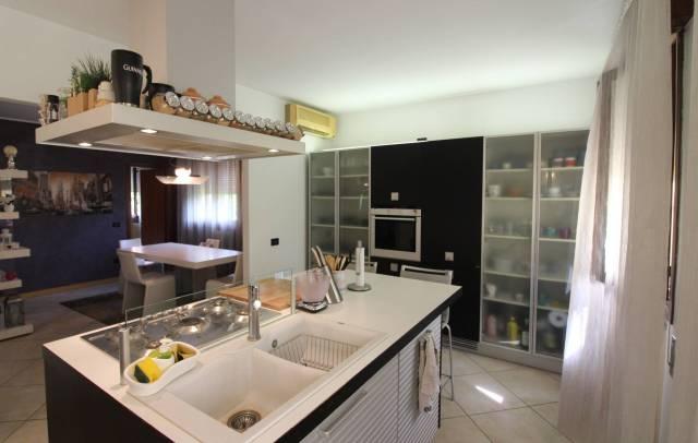 Appartamento in ottime condizioni parzialmente arredato in vendita Rif. 6966258