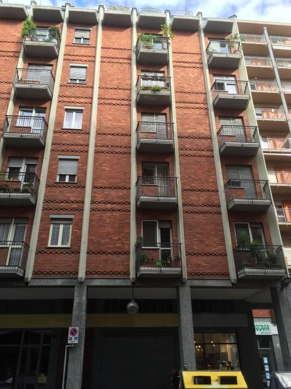 Immagine immobiliare Via Pietro Francesco Guala 107 vendesi in zona molto commerciale negozio mq 35 con ampia vetrina, retro con accesso esterno, bagno e antibagno, canna fumaria. Grande magazzino al piano interrato. Libero subito.