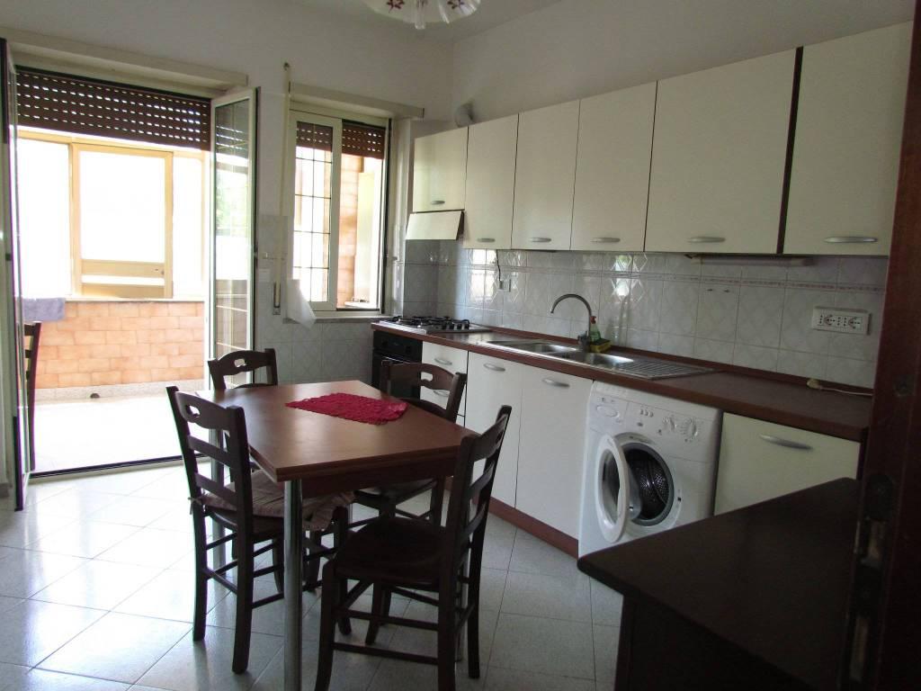 Appartamento in buone condizioni arredato in affitto Rif. 7375999