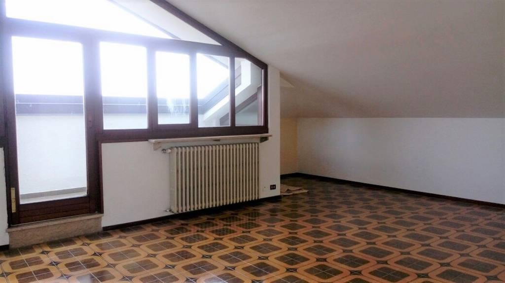 Appartamento in buone condizioni in affitto Rif. 8972332