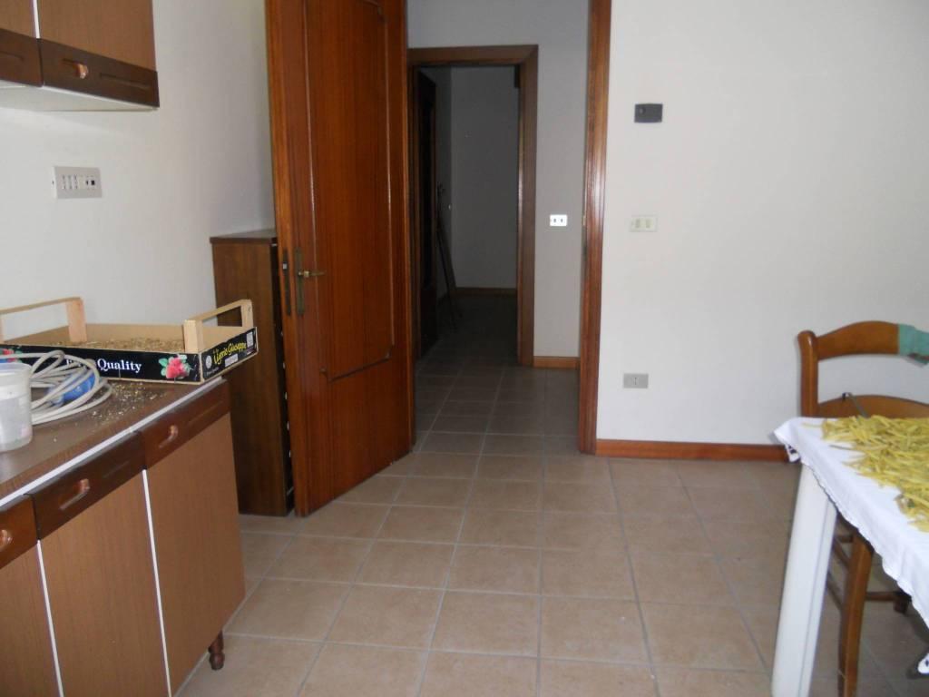 Appartamento in buone condizioni parzialmente arredato in affitto Rif. 7047161