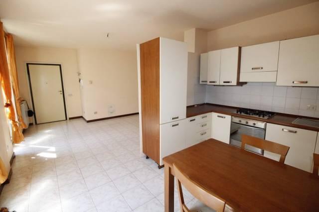 Appartamento in buone condizioni parzialmente arredato in affitto Rif. 7092653