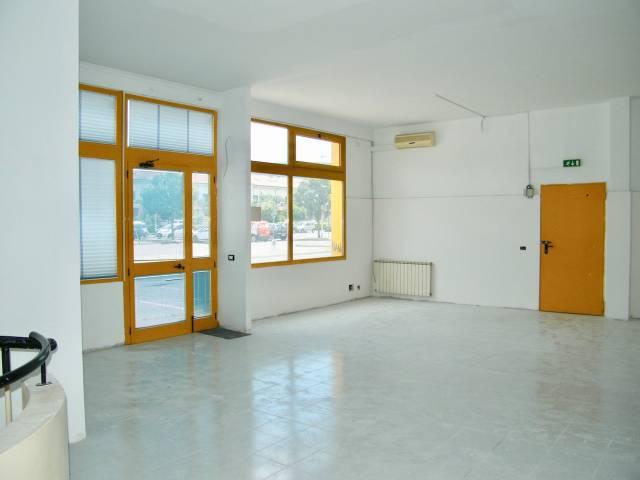 Fondo commerciale zona residenziale Chiesanuova