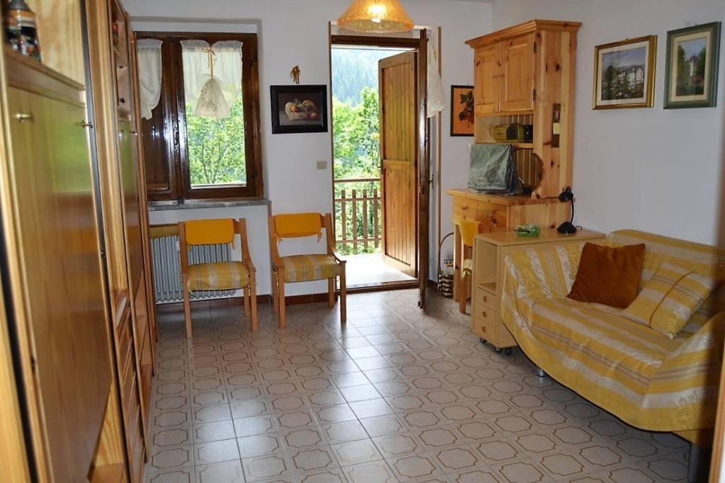 Appartamento in buone condizioni arredato in vendita Rif. 7155741