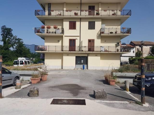 Locale commerciale di Mq. 200 circa con forno e piazzale. Rif. 7161309