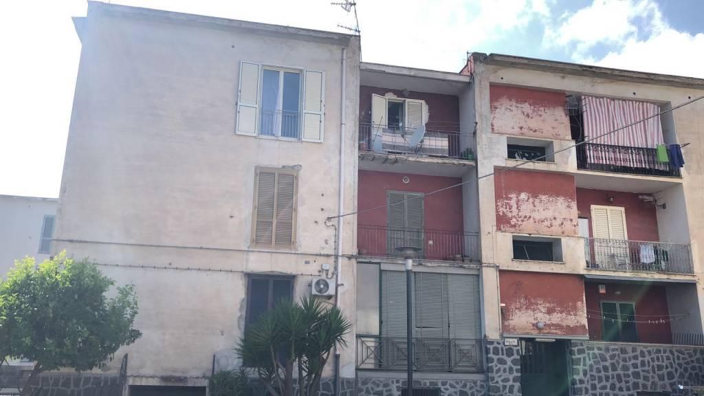 Appartamento di 5 vani con cantina, via Barone Massa.