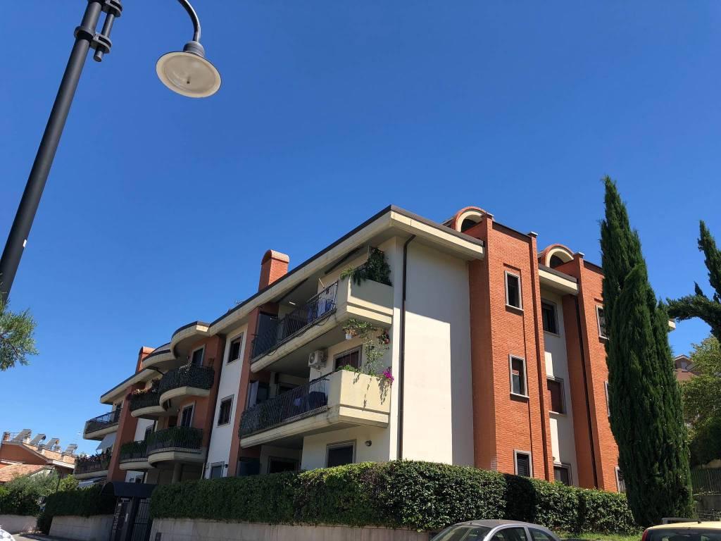 Appartamento in buone condizioni in vendita Rif. 8913552