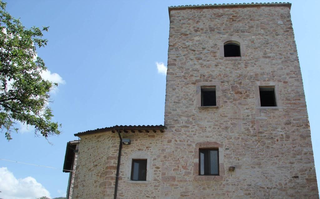 Palazzo / Stabile in Vendita a Sellano