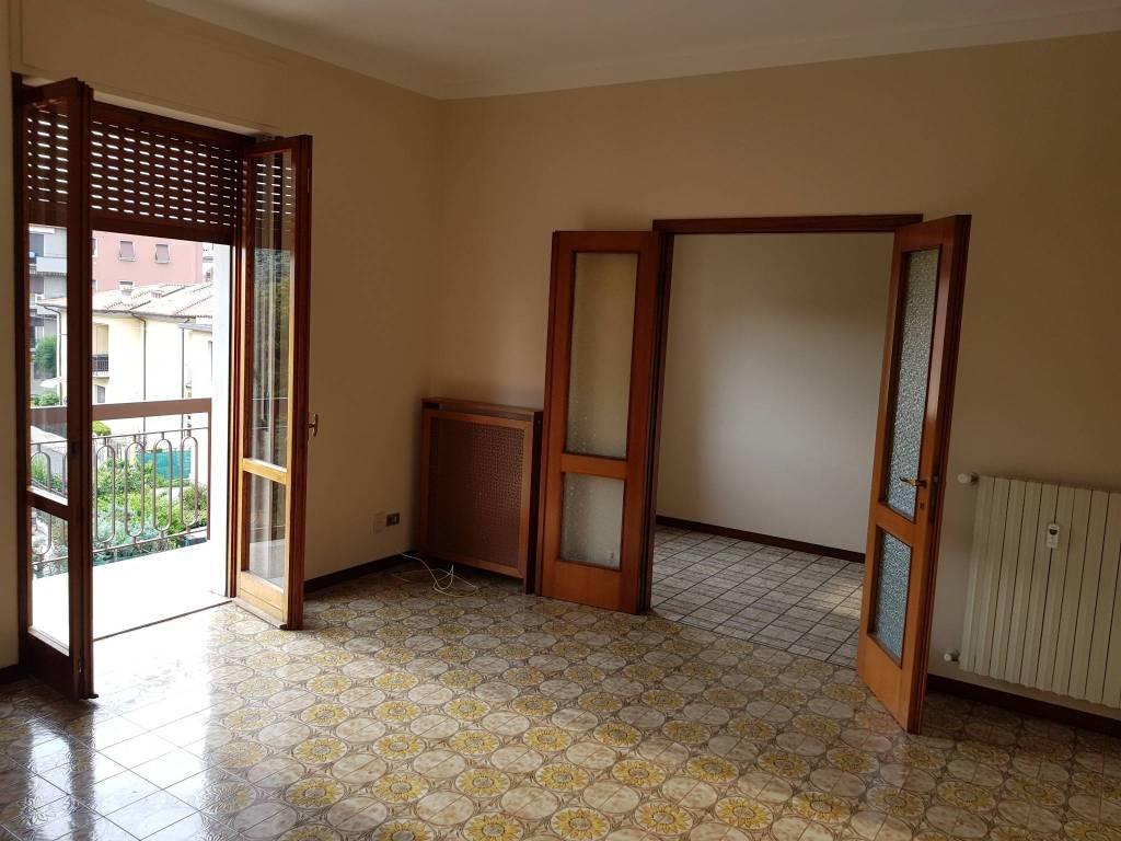 Appartamento in buone condizioni in affitto Rif. 9272564