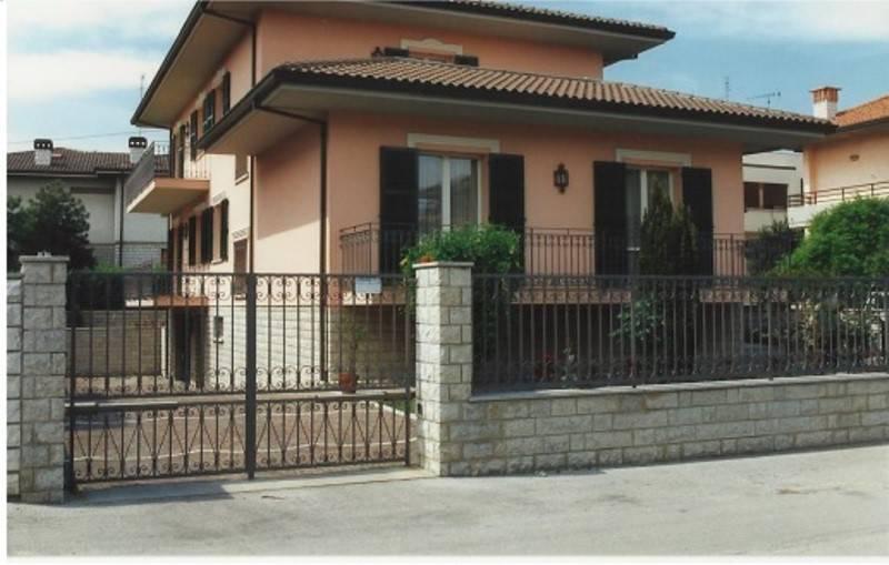 Villa in vendita a Fano, 10 locali, Trattative riservate   CambioCasa.it