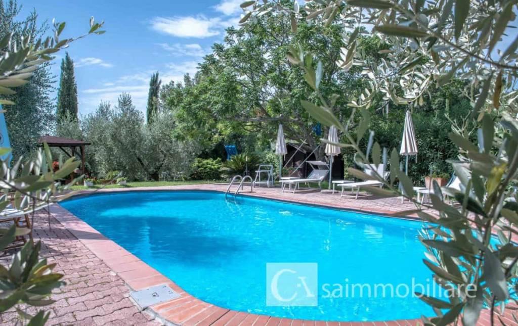 Caratteristica villa di campagna con piscina, terreno e orto