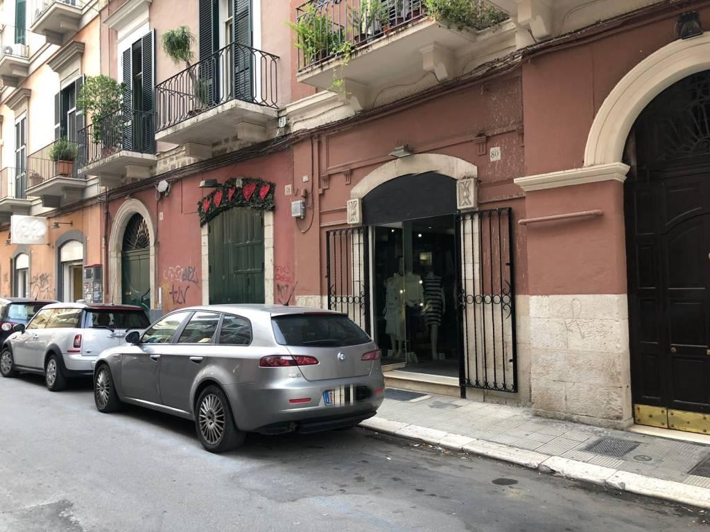 Locale rifinitissimo con doppi ingressi via Roberto da Bari