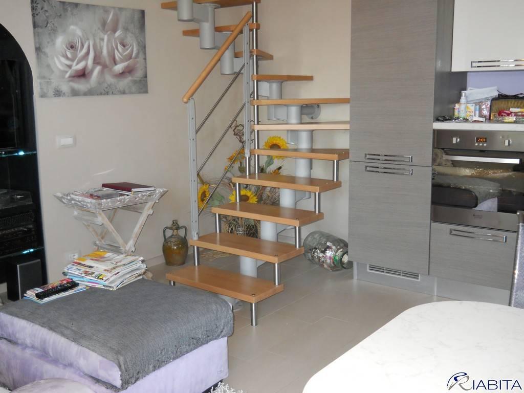 Appartamento in ottime condizioni arredato in vendita Rif. 7410802