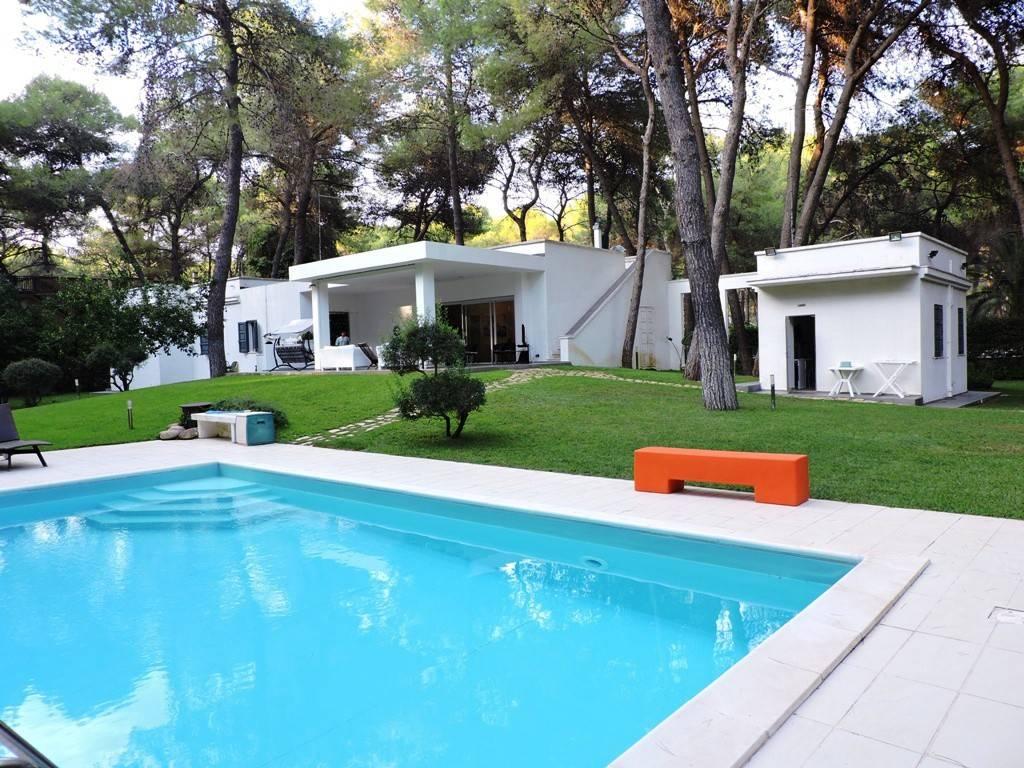 Villa immersa nella pineta con parco privato e piscina