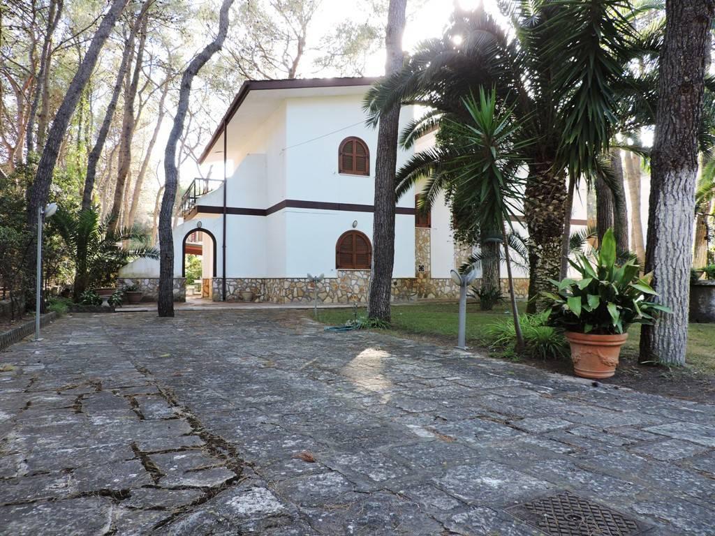 Immersa nella natura di Castellaneta Marina vendesi villa