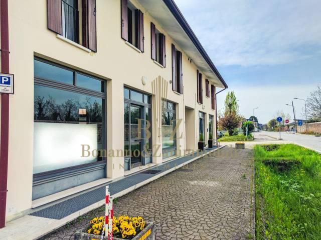 Negozio / Locale in affitto a Castello di Godego, 2 locali, prezzo € 600   CambioCasa.it