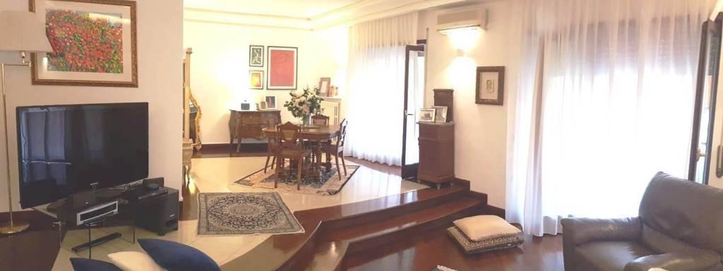 Appartamento in vendita 6 vani 135 mq.  viale Colli Aminei Napoli