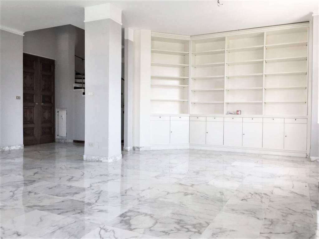 Attico / Mansarda in ottime condizioni parzialmente arredato in affitto Rif. 5978244