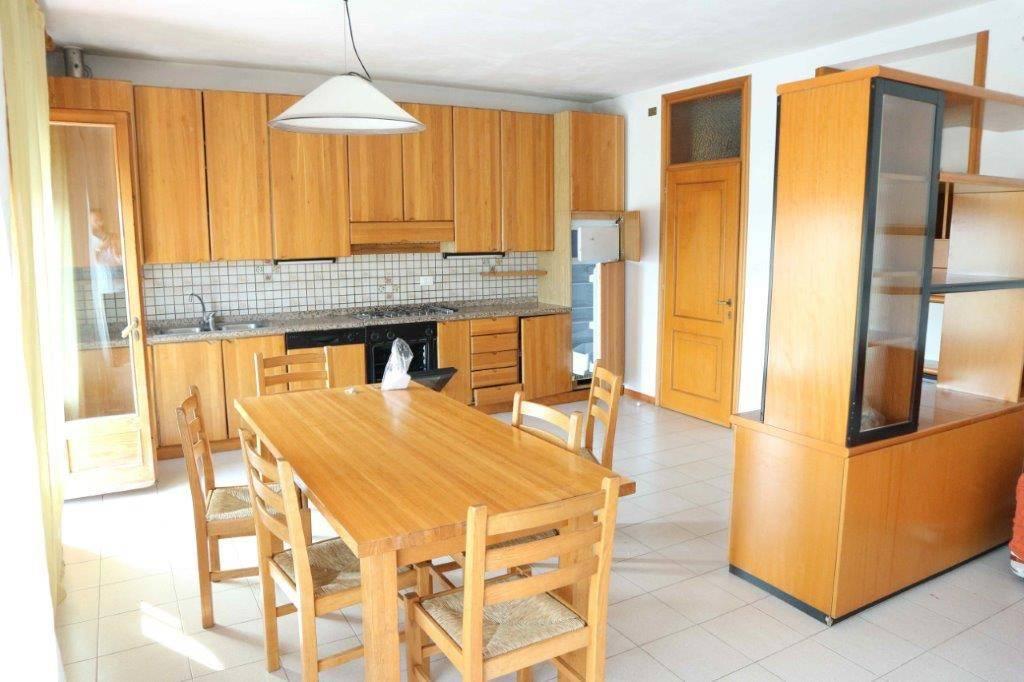 Appartamento in buone condizioni arredato in affitto Rif. 7483914