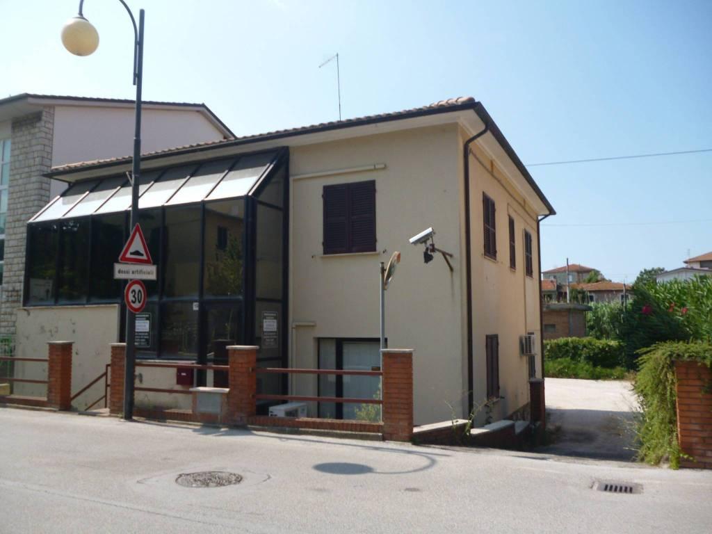 Ufficio-studio in Vendita a Passignano Sul Trasimeno Centro: 5 locali, 232 mq