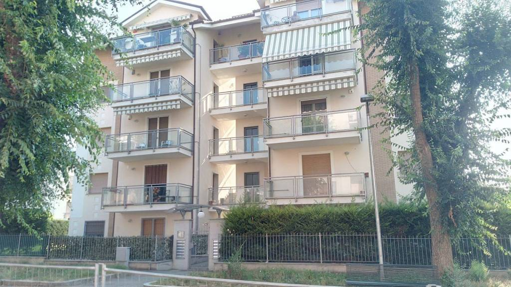 Appartamento in buone condizioni in affitto Rif. 7576227