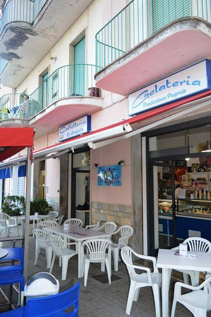 CENTRALE: BAR GELATERIA YOGURTERIA