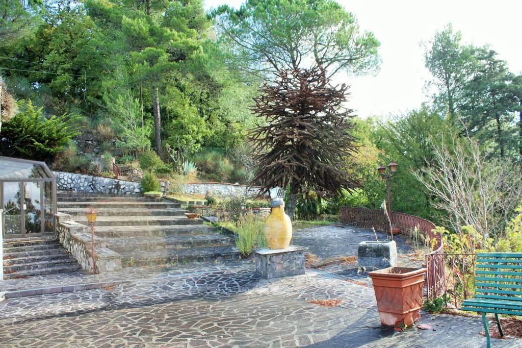 Villa monofamiliare con area parco di pertinenza