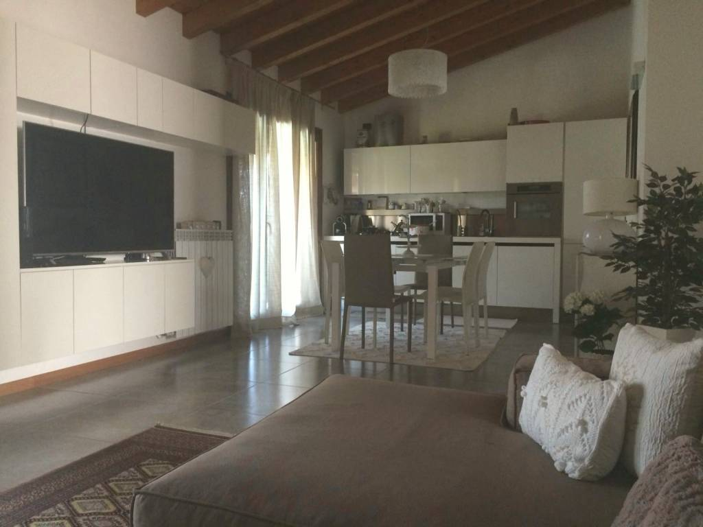 Appartamento in ottime condizioni parzialmente arredato in vendita Rif. 7600878
