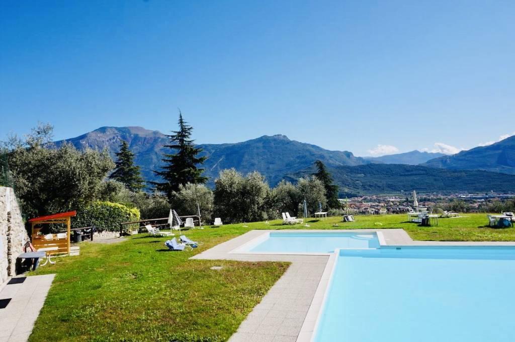 Piano terra con Giardino in residence con piscina vista lago