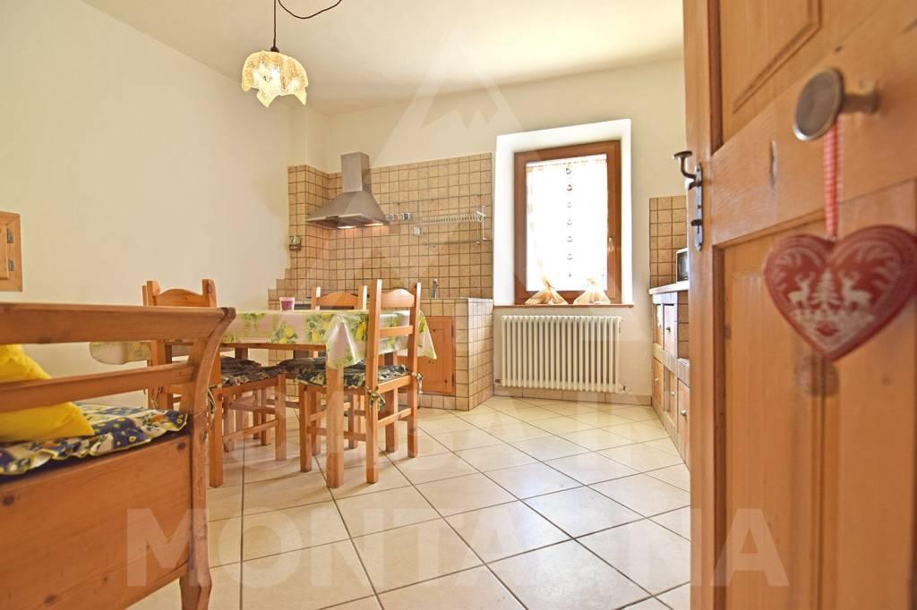 Appartamento in buone condizioni arredato in vendita Rif. 8271438