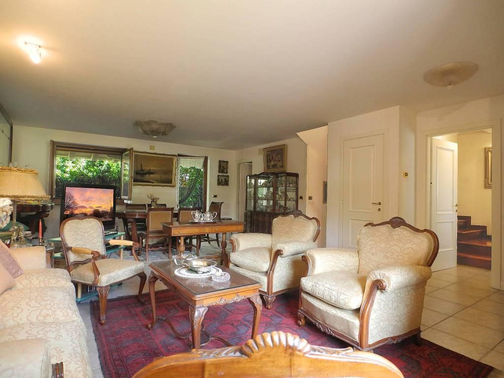 Duino tranquilla villetta, tre livelli, giardino e porticato