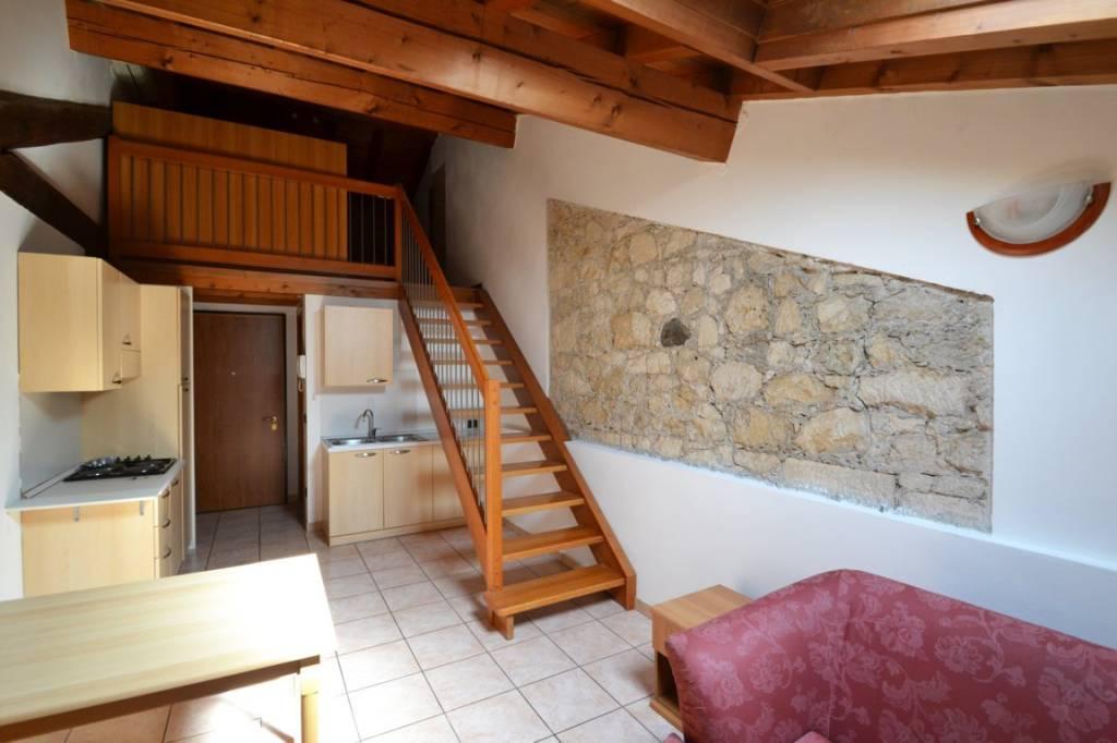Appartamento in ottime condizioni arredato in vendita Rif. 7643145