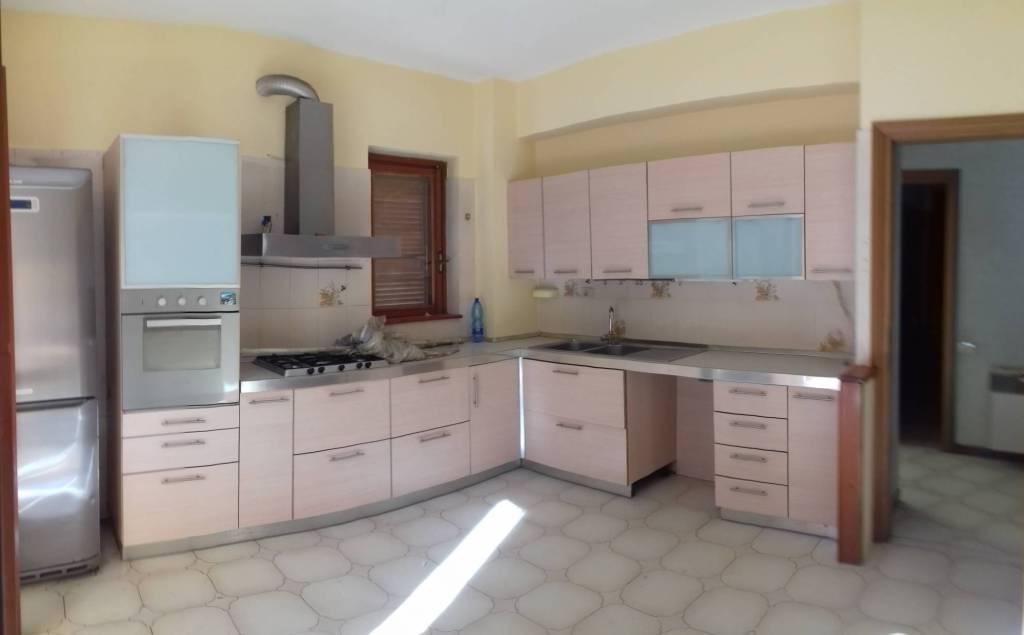 Appartamento in buone condizioni parzialmente arredato in affitto Rif. 7692185