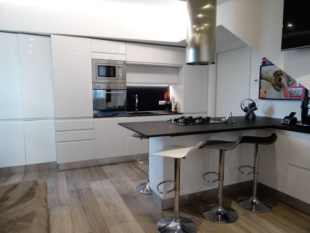 Appartamento in ottime condizioni arredato in vendita Rif. 8036970