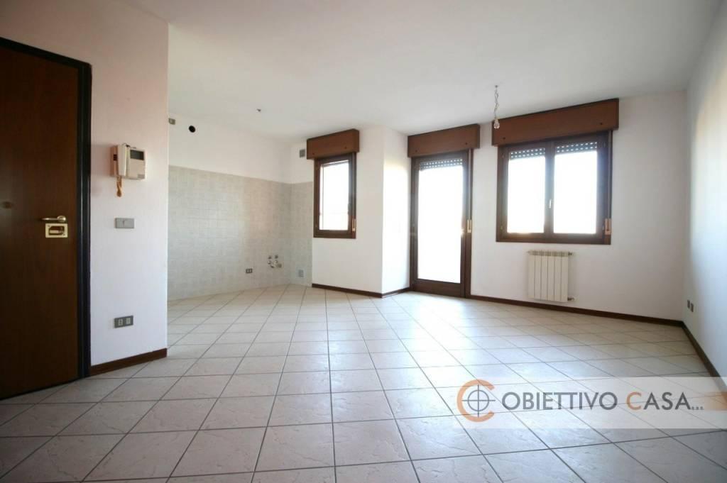 Appartamento in ottime condizioni parzialmente arredato in affitto Rif. 7781825