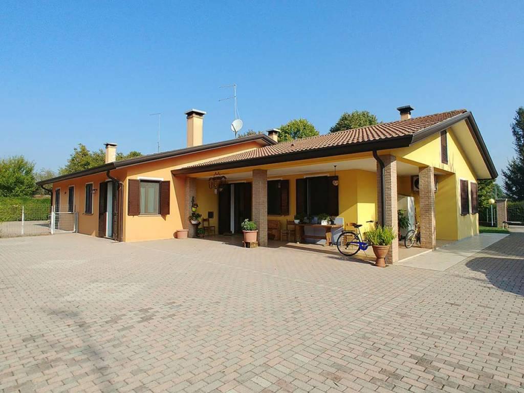 Villa in buone condizioni in vendita Rif. 9435578