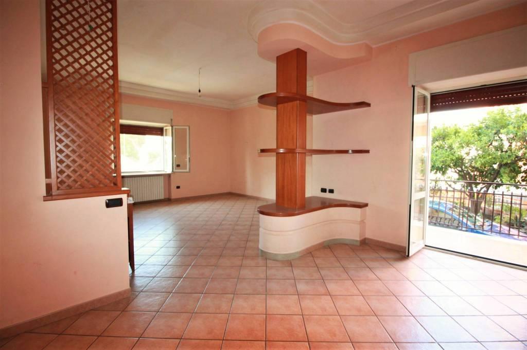 Appartamento in buone condizioni in affitto Rif. 7796207