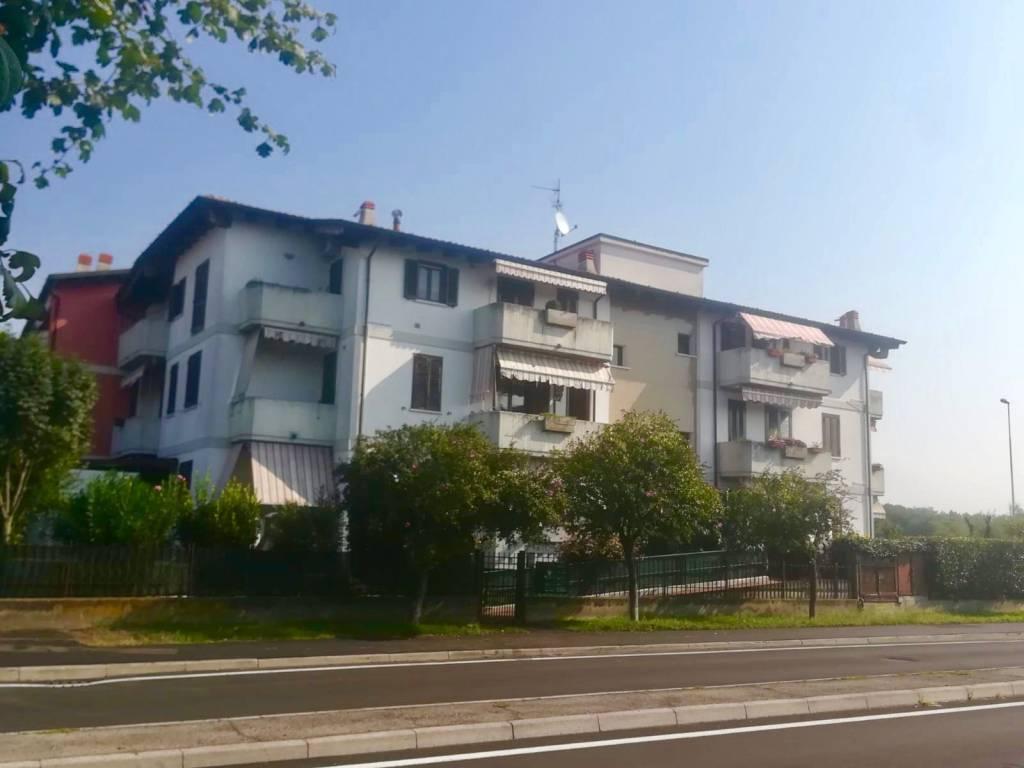Appartamento in buone condizioni in affitto Rif. 8353565