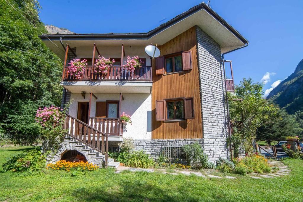 Villa in Vendita a Antey-Saint-Andre' Centro: 5 locali, 200 mq