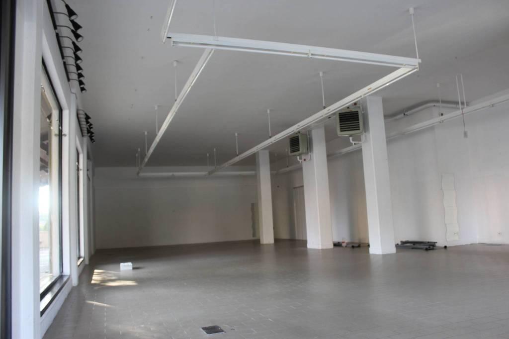 Spazioso Locale Commerciale con vetrine Rif. 7965029