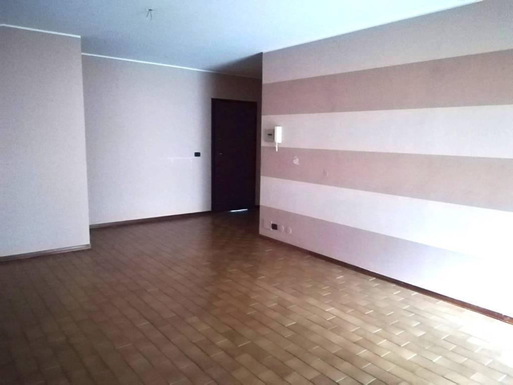 Appartamento in buone condizioni in affitto Rif. 8563328