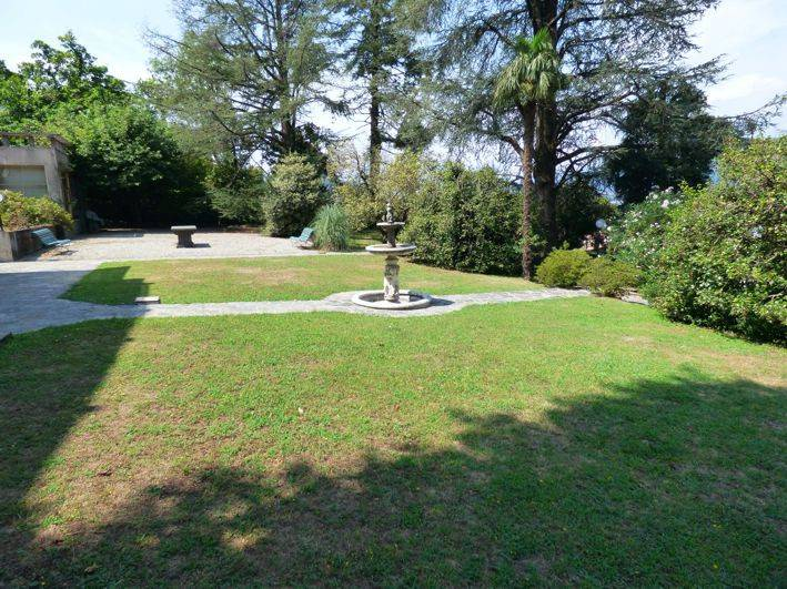 Villa in vendita a Porto Valtravaglia, 7 locali, prezzo € 890.000 | CambioCasa.it