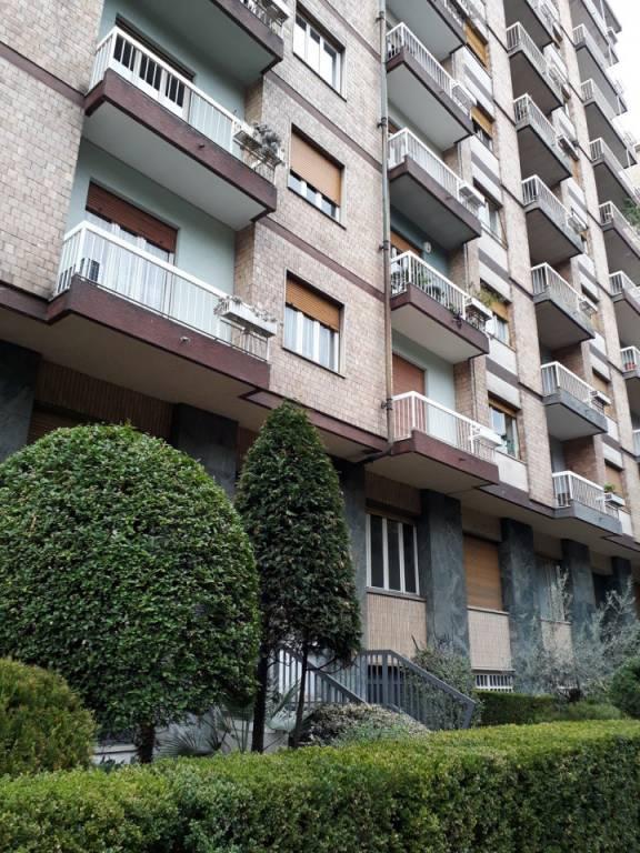 Immagine immobiliare °. A pochi minuti a piedi dalla Metro, comodissimo alla tangenziale e ai mezzi pubblici, nelle vicinanze dell'Ospedale Maria Vittoria, affittasi in stabile signorile dotati di due ascensori, al piano 8, tre camere da letto, luminose in...