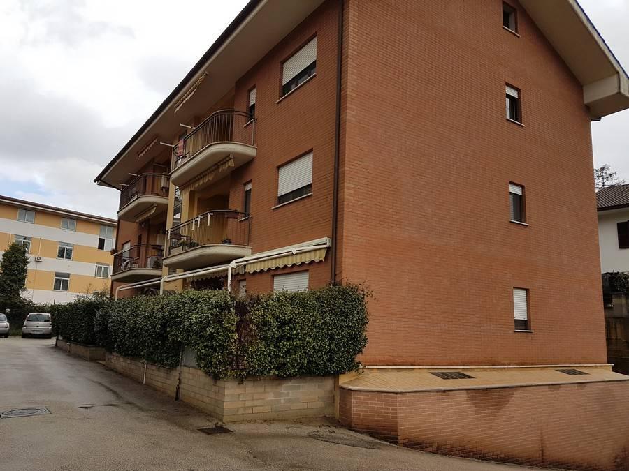 Appartamento in buone condizioni parzialmente arredato in vendita Rif. 7908945