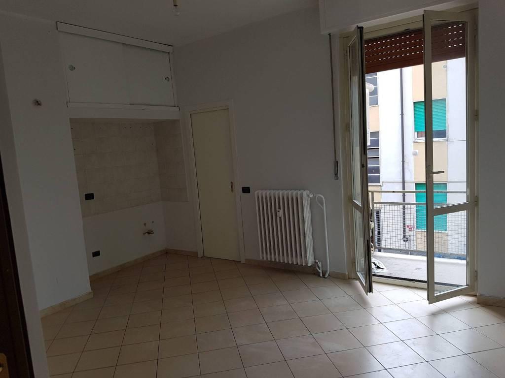 Appartamento in buone condizioni parzialmente arredato in affitto Rif. 7911411