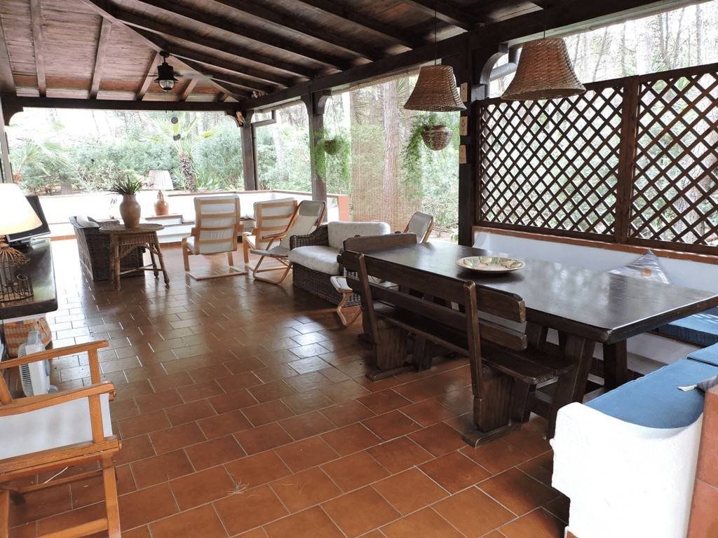 Villa angolare a pochi metri dal mare a Borgo Pineto
