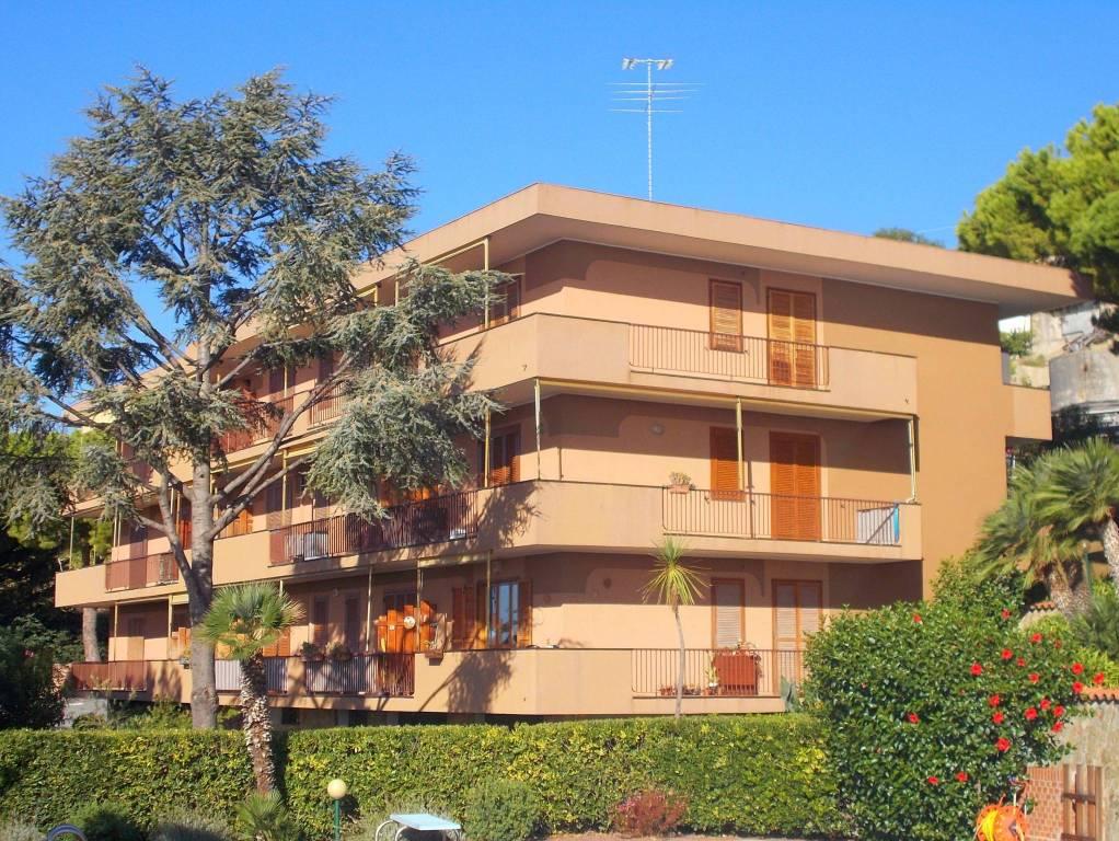 Appartamento in buone condizioni arredato in vendita Rif. 9153518